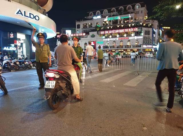 Sợ bãoAFF Cup 2018, Hà Nội cấm ô tô, xe máy đi vào khu vực Hồ Gươm - Ảnh 1.