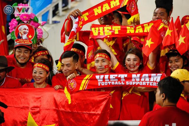 ẢNH: Mỹ Đình ngập tràn sắc đỏ trận ĐT Việt Nam - ĐT Philippines (Bán kết lượt về AFF Cup 2018) - Ảnh 2.