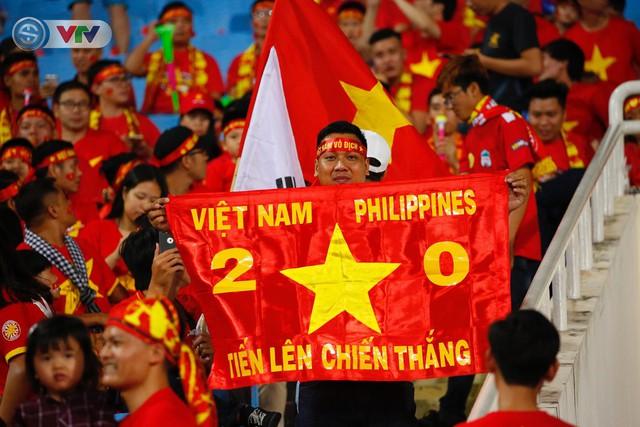 ẢNH: Mỹ Đình ngập tràn sắc đỏ trận ĐT Việt Nam - ĐT Philippines (Bán kết lượt về AFF Cup 2018) - Ảnh 1.