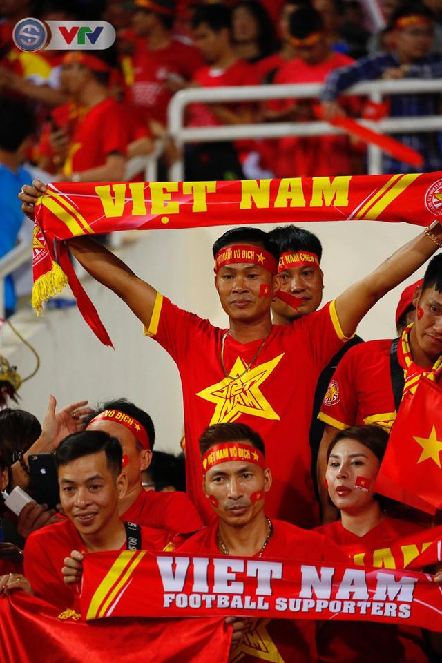 ẢNH: Mỹ Đình ngập tràn sắc đỏ trận ĐT Việt Nam - ĐT Philippines (Bán kết lượt về AFF Cup 2018) - Ảnh 5.