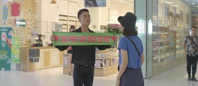Yêu thì ghét thôi - Tập 28: Dũng (Duy Nam) mặt dày tỏ tình với Phương Anh (Trang Cherry) giữa trung tâm thương mại - ảnh 1