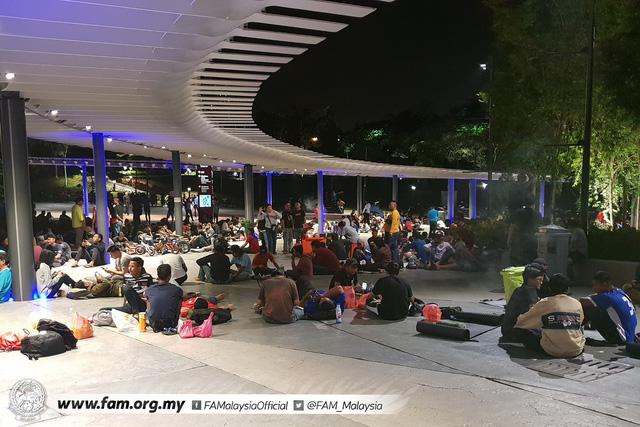 ẢNH: Hàng chục nghìn người hâm mộ Malaysia xếp hàng xuyên đêm chờ mua vé chung kết AFF Cup 2018 - Ảnh 11.