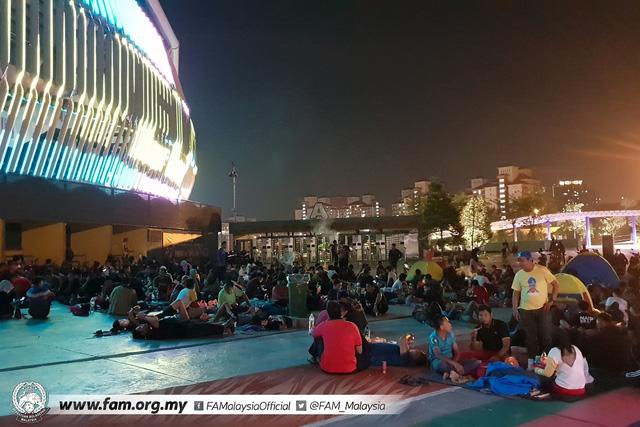 ẢNH: Hàng chục nghìn người hâm mộ Malaysia xếp hàng xuyên đêm chờ mua vé chung kết AFF Cup 2018 - Ảnh 10.