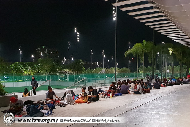 ẢNH: Hàng chục nghìn người hâm mộ Malaysia xếp hàng xuyên đêm chờ mua vé chung kết AFF Cup 2018 - Ảnh 9.