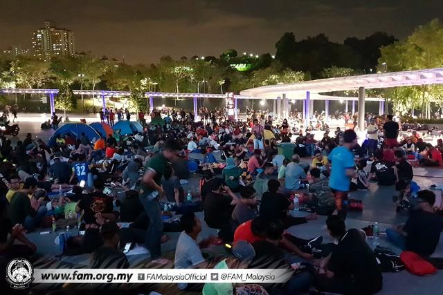 ẢNH: Hàng chục nghìn người hâm mộ Malaysia xếp hàng xuyên đêm chờ mua vé chung kết AFF Cup 2018 - Ảnh 7.