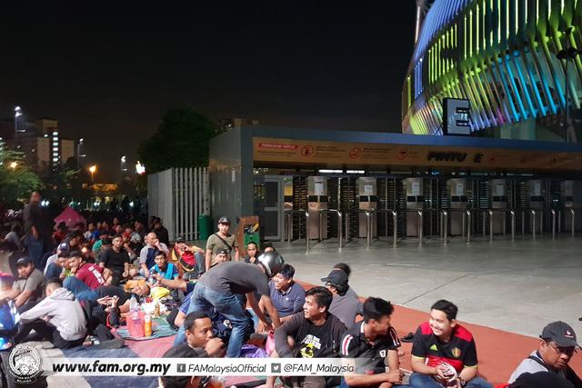 ẢNH: Hàng chục nghìn người hâm mộ Malaysia xếp hàng xuyên đêm chờ mua vé chung kết AFF Cup 2018 - Ảnh 6.