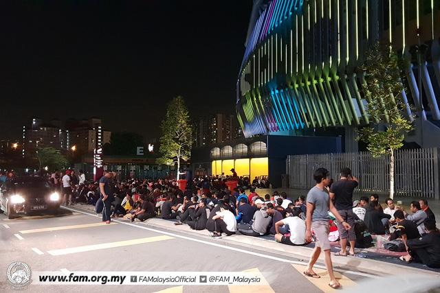 ẢNH: Hàng chục nghìn người hâm mộ Malaysia xếp hàng xuyên đêm chờ mua vé chung kết AFF Cup 2018 - Ảnh 5.