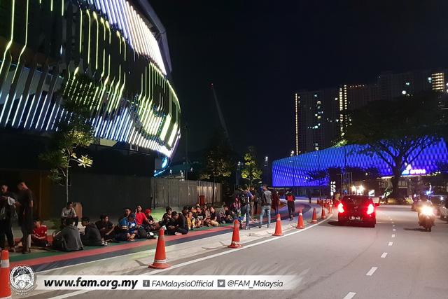 ẢNH: Hàng chục nghìn người hâm mộ Malaysia xếp hàng xuyên đêm chờ mua vé chung kết AFF Cup 2018 - Ảnh 4.