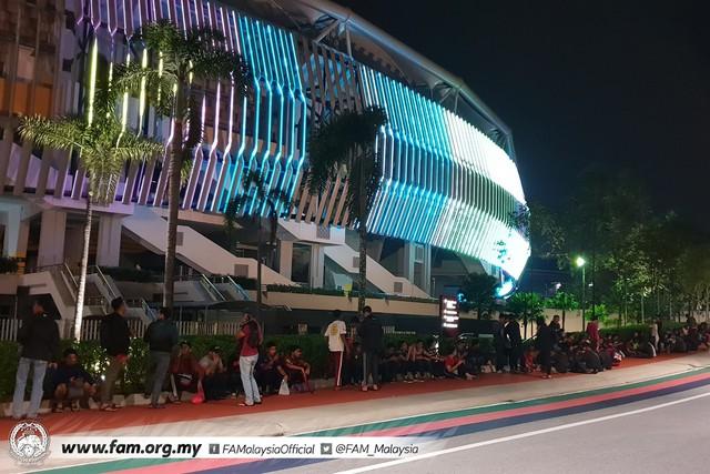 ẢNH: Hàng chục nghìn người hâm mộ Malaysia xếp hàng xuyên đêm chờ mua vé chung kết AFF Cup 2018 - Ảnh 3.