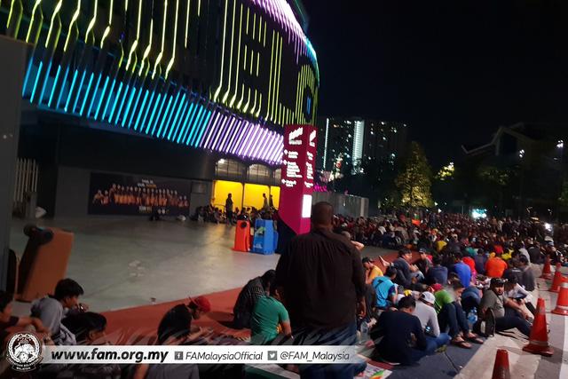 ẢNH: Hàng chục nghìn người hâm mộ Malaysia xếp hàng xuyên đêm chờ mua vé chung kết AFF Cup 2018 - Ảnh 2.