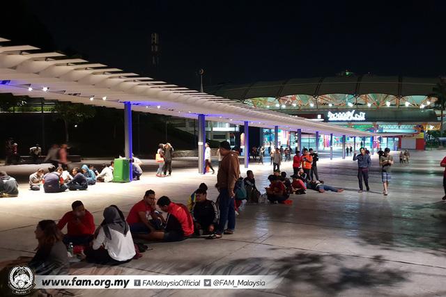 ẢNH: Hàng chục nghìn người hâm mộ Malaysia xếp hàng xuyên đêm chờ mua vé chung kết AFF Cup 2018 - Ảnh 1.