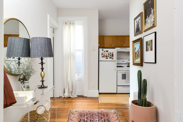 Nhặt nhạnh bí kíp tô điểm không gian sống nhỏ hẹp qua căn hộ ở Brooklyn - Ảnh 1.