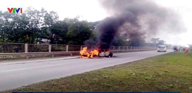 Ô tô bốc cháy ngùn ngụt trên cao tốc Thái Nguyên - Hà Nội - Ảnh 1.