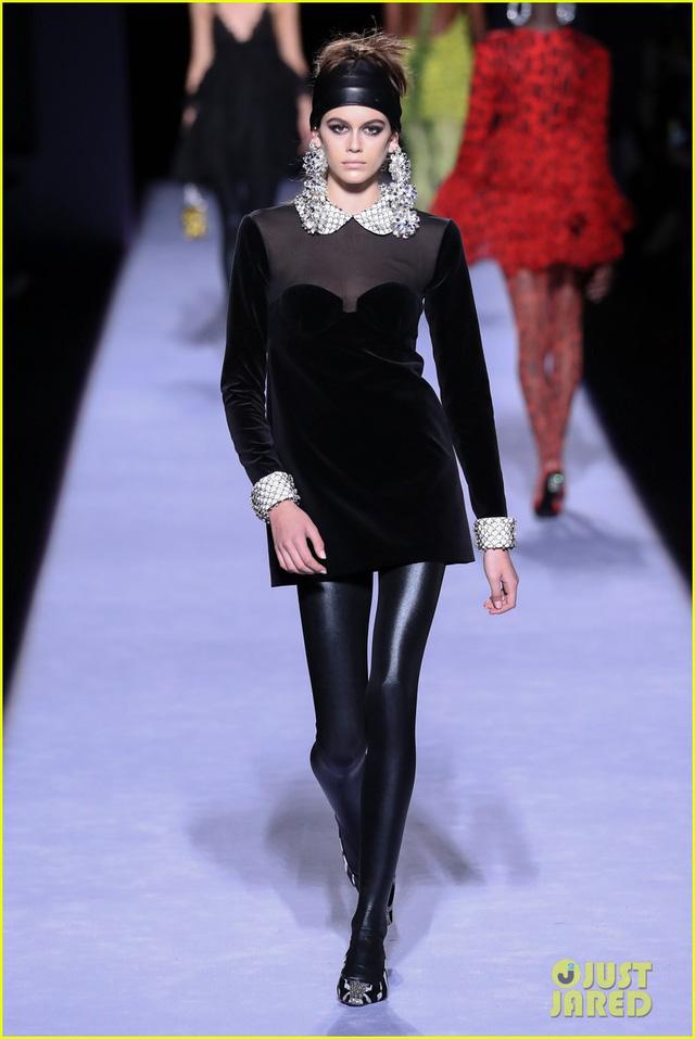 Con gái của siêu mẫu thập niên 90 Cindy Crawford tỏa sáng trên sàn catwalk - Ảnh 2.