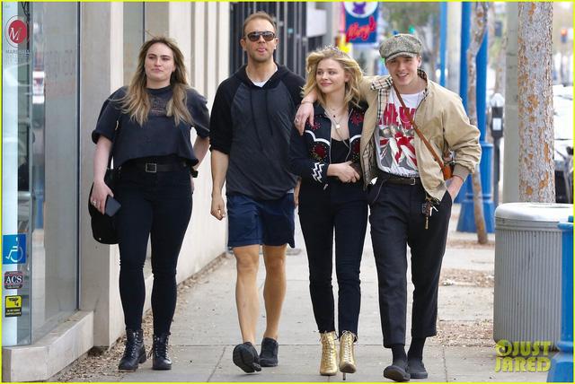 Vì bạn gái, cậu cả nhà Beckham bỏ lỡ show thời trang của mẹ - Ảnh 1.