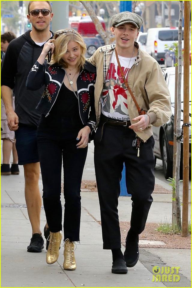 Vì bạn gái, cậu cả nhà Beckham bỏ lỡ show thời trang của mẹ - Ảnh 2.