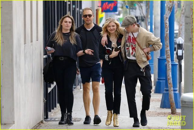 Vì bạn gái, cậu cả nhà Beckham bỏ lỡ show thời trang của mẹ - Ảnh 3.