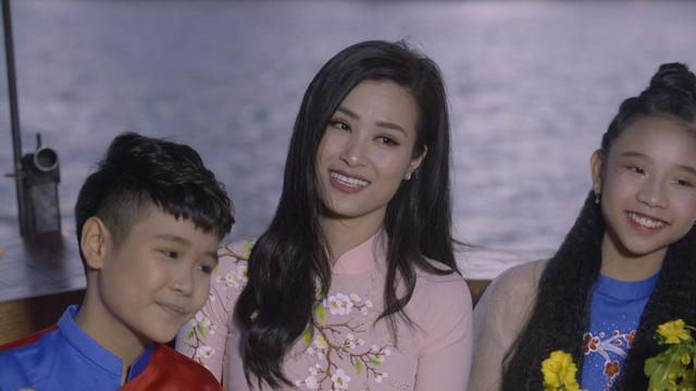 Diva Hồng Nhung, Đông Nhi đẹp dịu dàng trong Tết nghĩa là hy vọng - Ảnh 1.