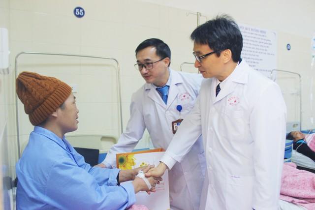 Phó Thủ tướng Vũ Đức Đam thăm, tặng quà bệnh nhân ung thư - ảnh 2