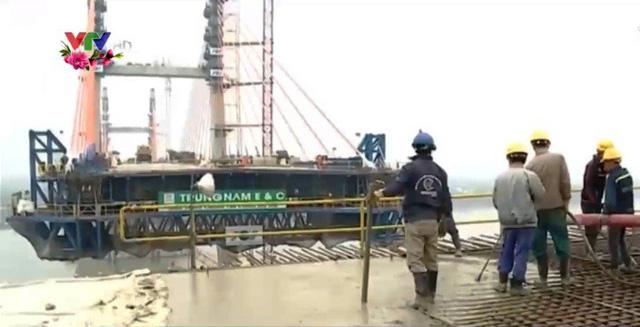 Gần 100 cán bộ, lao động tại công trình xây dựng cầu Bạch Đằng không nghỉ Tết - Ảnh 1.