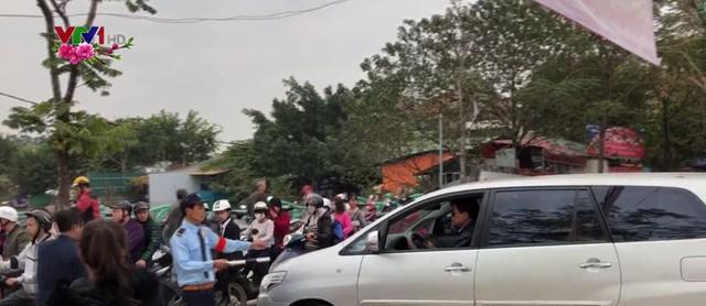 Ùn tắc giao thông đường vào phủ Tây Hồ ngày Tết - Ảnh 1.