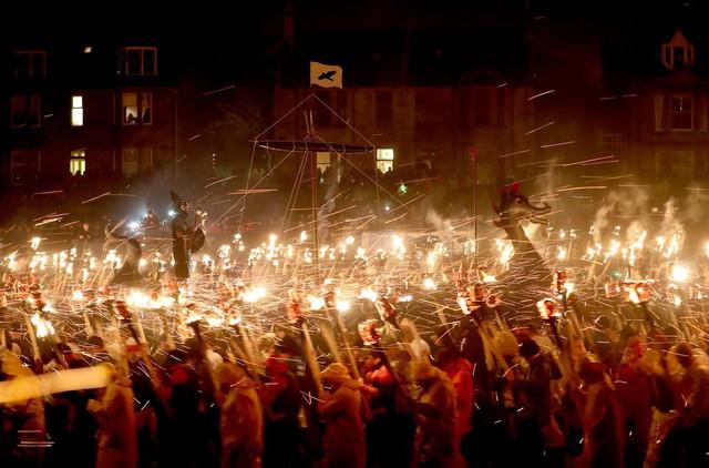 Kỳ thú lễ hội lửa truyền thống tại Scotland - Ảnh 13.