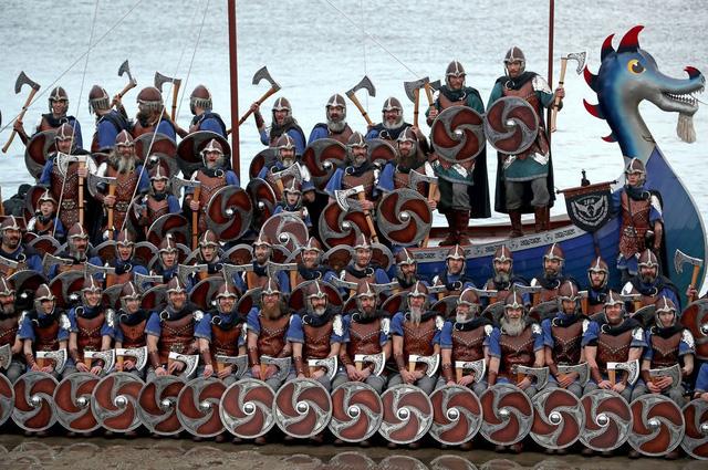 Kỳ thú lễ hội lửa truyền thống tại Scotland - Ảnh 1.