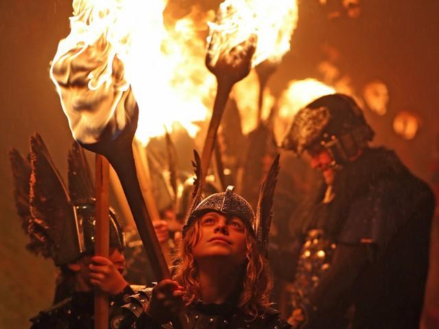 Kỳ thú lễ hội lửa truyền thống tại Scotland - Ảnh 10.