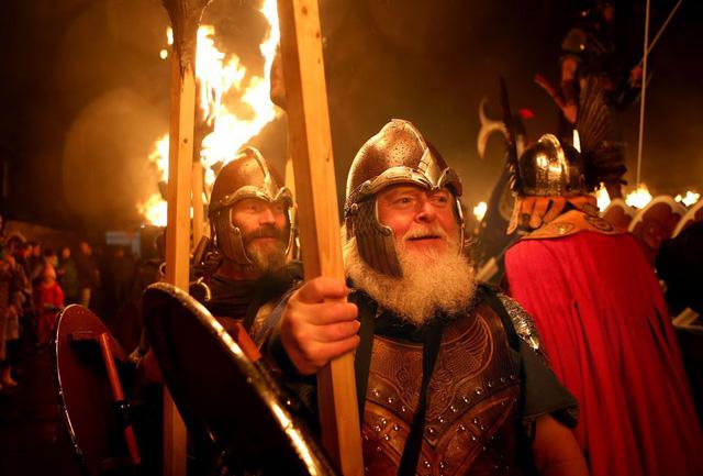 Kỳ thú lễ hội lửa truyền thống tại Scotland - Ảnh 9.