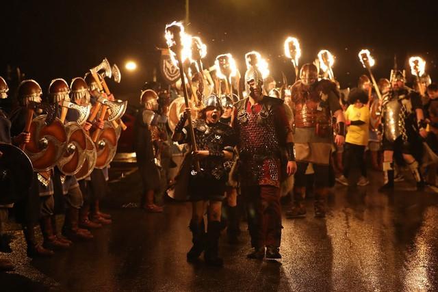 Kỳ thú lễ hội lửa truyền thống tại Scotland - Ảnh 8.