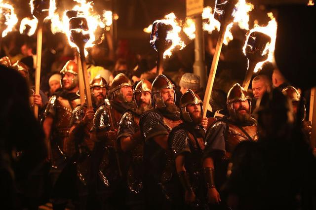 Kỳ thú lễ hội lửa truyền thống tại Scotland - Ảnh 7.