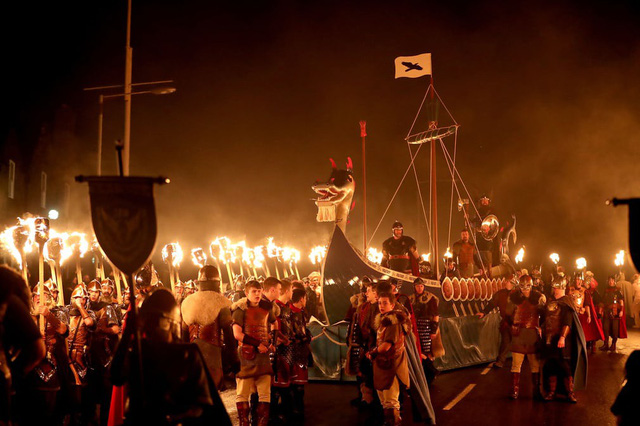 Kỳ thú lễ hội lửa truyền thống tại Scotland - Ảnh 6.