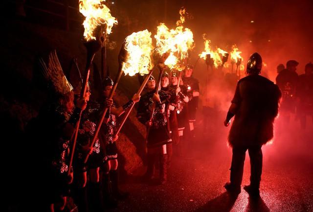 Kỳ thú lễ hội lửa truyền thống tại Scotland - Ảnh 5.