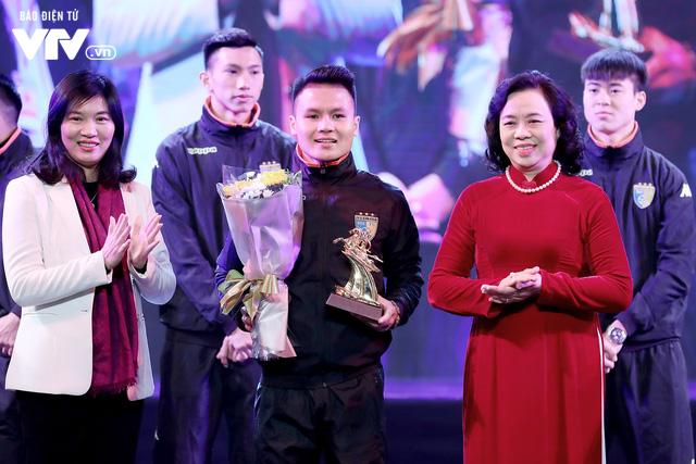 Hà Nội trao biểu tượng Thánh Gióng cho 5 cầu thủ U23 Việt Nam - Ảnh 1.