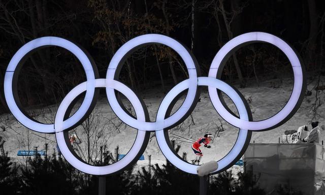 Những hình ảnh ấn tượng trong ngày thi đấu thứ 12 của Olympic PyeongChang 2018 - Ảnh 1.