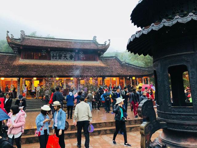 Đông đảo du khách thập phương dự lễ khai hội chùa Hương - Ảnh 1.