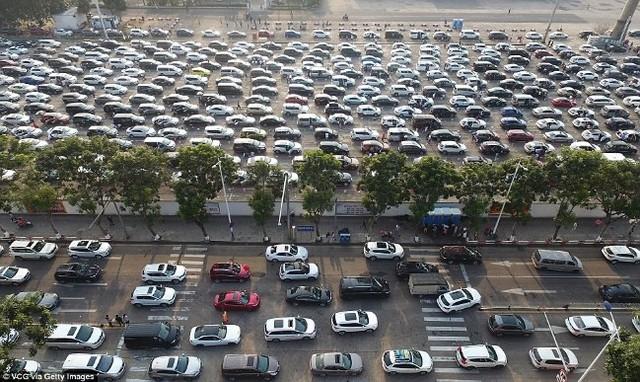 Hàng chục nghìn ô tô mắc kẹt khi chờ qua phà sau Tết ở Trung Quốc - Ảnh 1.