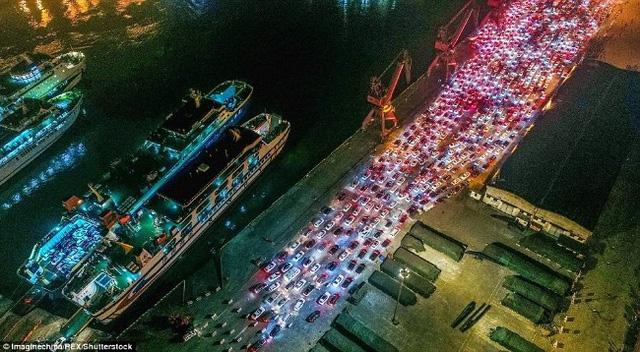 Hàng chục nghìn ô tô mắc kẹt khi chờ qua phà sau Tết ở Trung Quốc - Ảnh 2.