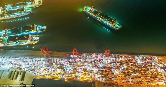 Hàng chục nghìn ô tô mắc kẹt khi chờ qua phà sau Tết ở Trung Quốc - Ảnh 3.
