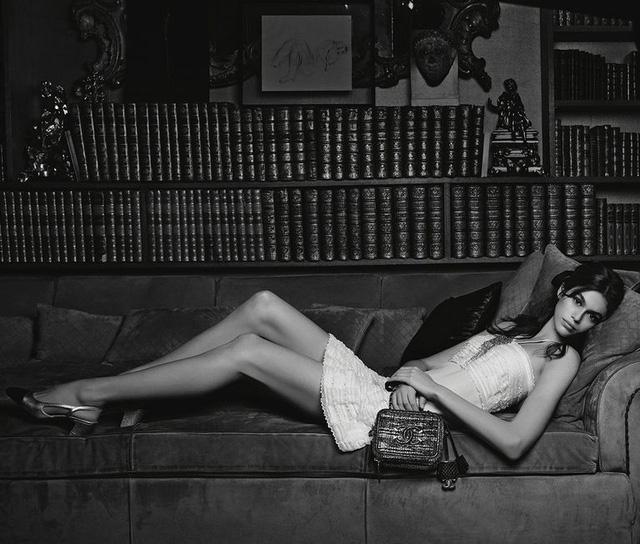 Kaia Gerber khoe chân dài miên man trong quảng cáo của Chanel - Ảnh 2.
