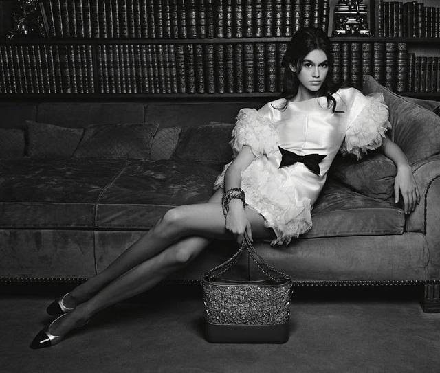 Kaia Gerber khoe chân dài miên man trong quảng cáo của Chanel - Ảnh 1.