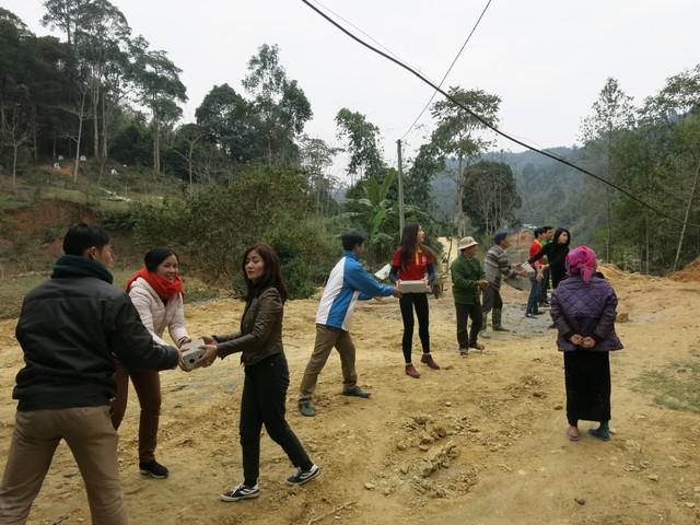 Mang Tết về với các hộ gia đình vùng lũ xã Giáp Đắt - Ảnh 15.