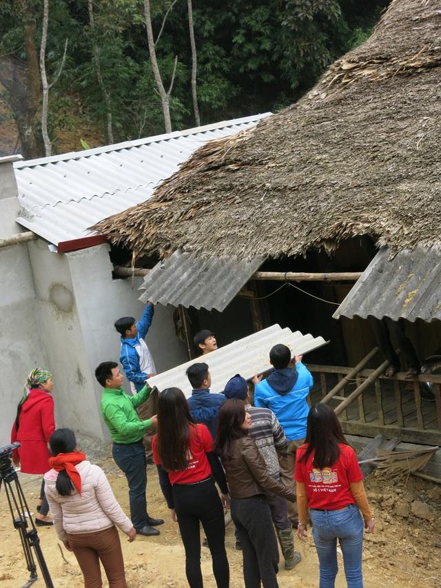 Mang Tết về với các hộ gia đình vùng lũ xã Giáp Đắt - Ảnh 17.