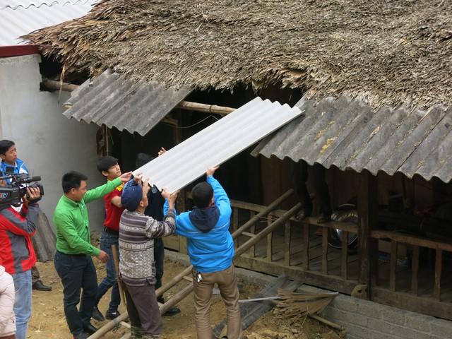 Mang Tết về với các hộ gia đình vùng lũ xã Giáp Đắt - Ảnh 3.