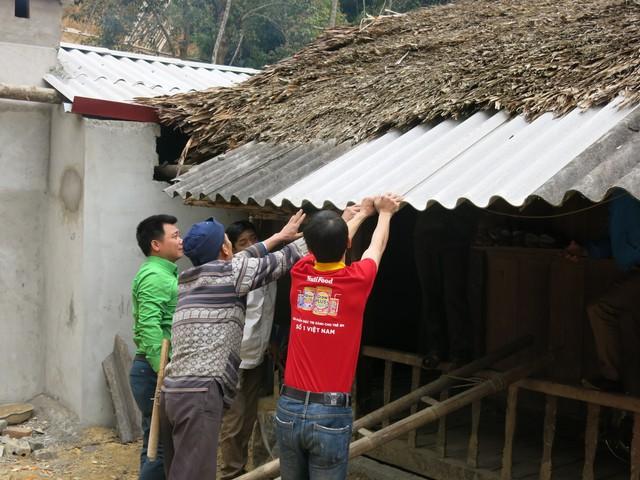 Mang Tết về với các hộ gia đình vùng lũ xã Giáp Đắt - Ảnh 12.