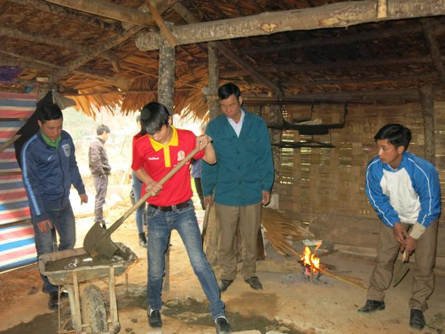 Mang Tết về với các hộ gia đình vùng lũ xã Giáp Đắt - Ảnh 5.