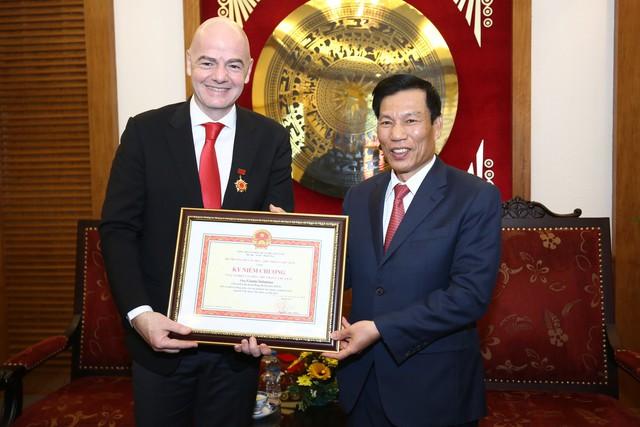 Ảnh: Chủ tịch FIFA Gianni Infantino trong chuyến thăm và làm việc tại Việt Nam - Ảnh 3.