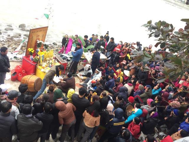 Vụ chìm thuyền ở Thanh Hóa: Khăn tang phủ kín làng chài - Ảnh 4.