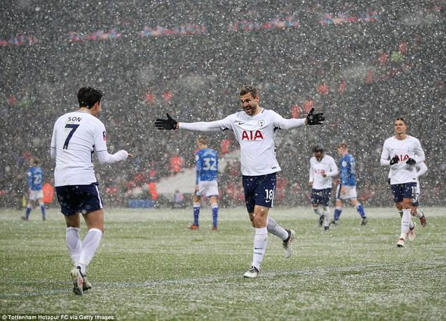 Kết quả bóng đá châu Âu rạng sáng ngày 01/03: AC Milan chiến thắng nghẹt thở, Tottenham đè bẹp đội hạng 3 - Ảnh 2.