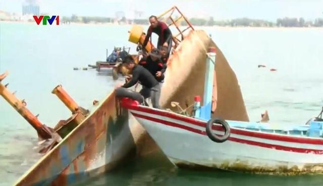 Trục vớt tàu hàng chìm tại Quy Nhơn trong bão số 12 - Ảnh 1.